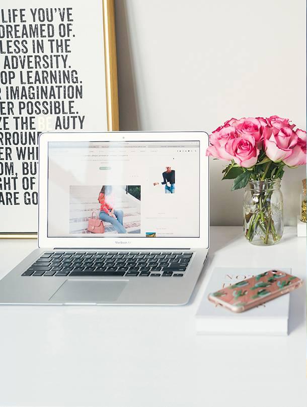 laptop bureau bloemen